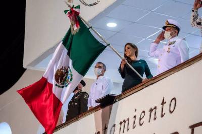 Mara Lezama dando el grito de independencia en Cancún